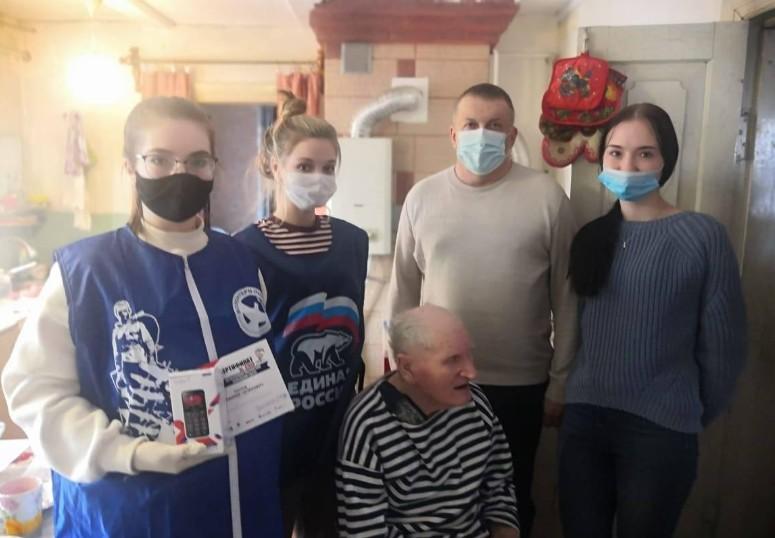 В Мичуринске продолжается вручение мобильных телефонов ветеранам
